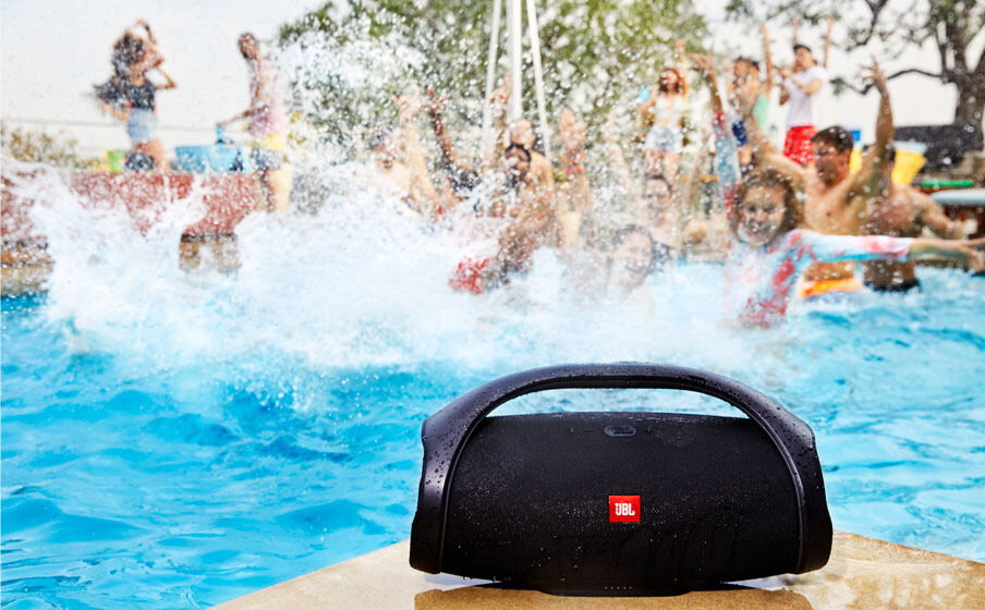 https://uk.jbl.com/on/demandware.static/-/Sites-masterCatalog_Harman/default/dw63beb2bf/pdp/JBL_Boombox_Waterproof_Feature03.jpg.jpg